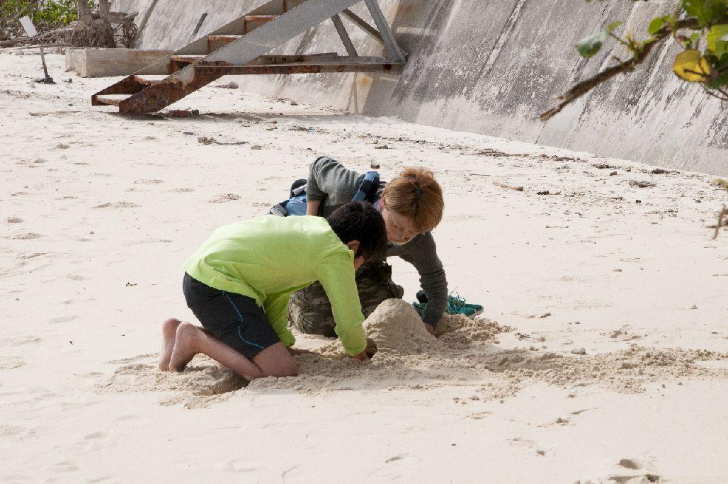 砂山を作る矢野さんと息子さん