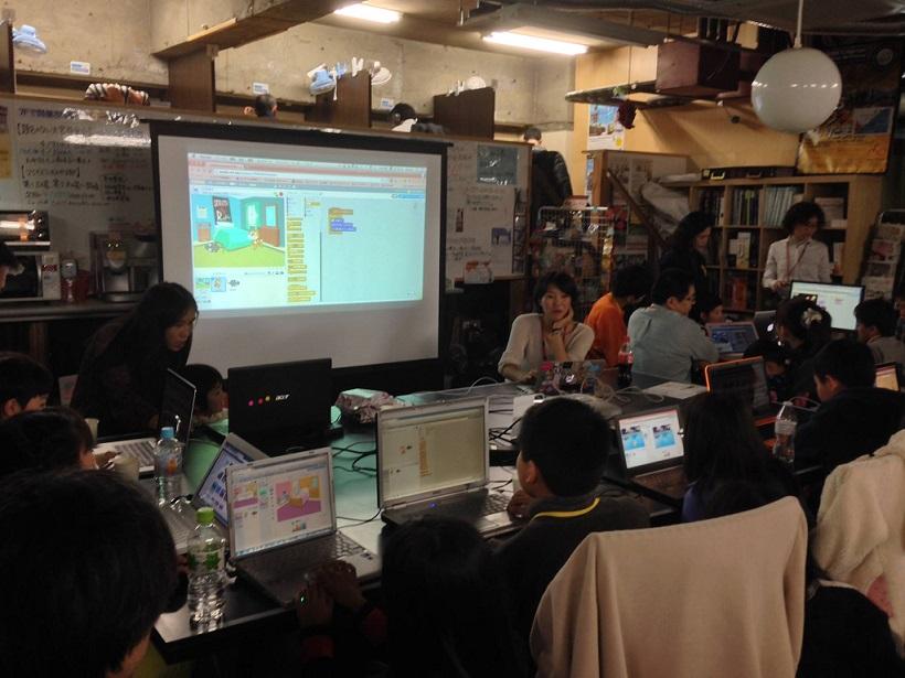 CoderDojoSaitamaで子ども達にScratchを教えている様子