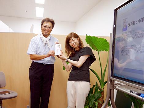 M.O.P.受賞時、夏は首タオルがトレードマークの当社社長と記念撮影