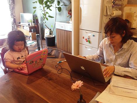 自宅で仕事をしていたら、小さなワーキングガールも隣でお仕事開始