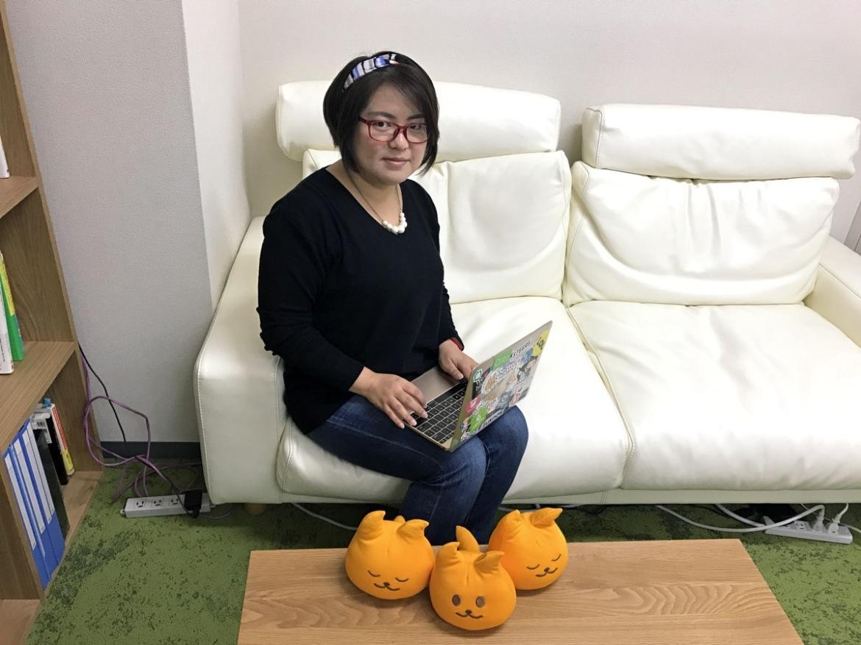 オフィスのソファで作業中