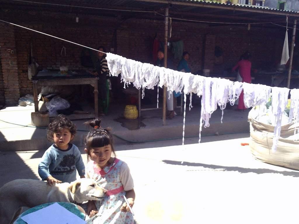 上の写真はネパールのフェアトレード団体の工房にて