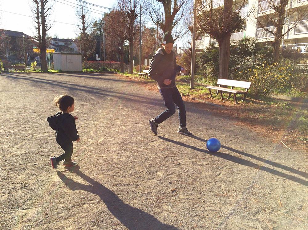 息子さんと遊ぶパパ