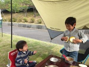 写真 2017-05-01 キャンプ場ではしゃぐ兄弟2 50