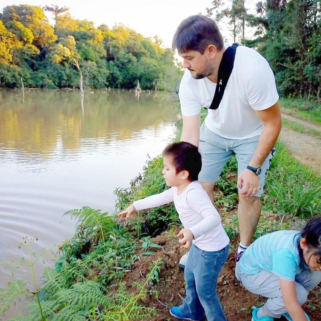 家族で近くの貯水池にて