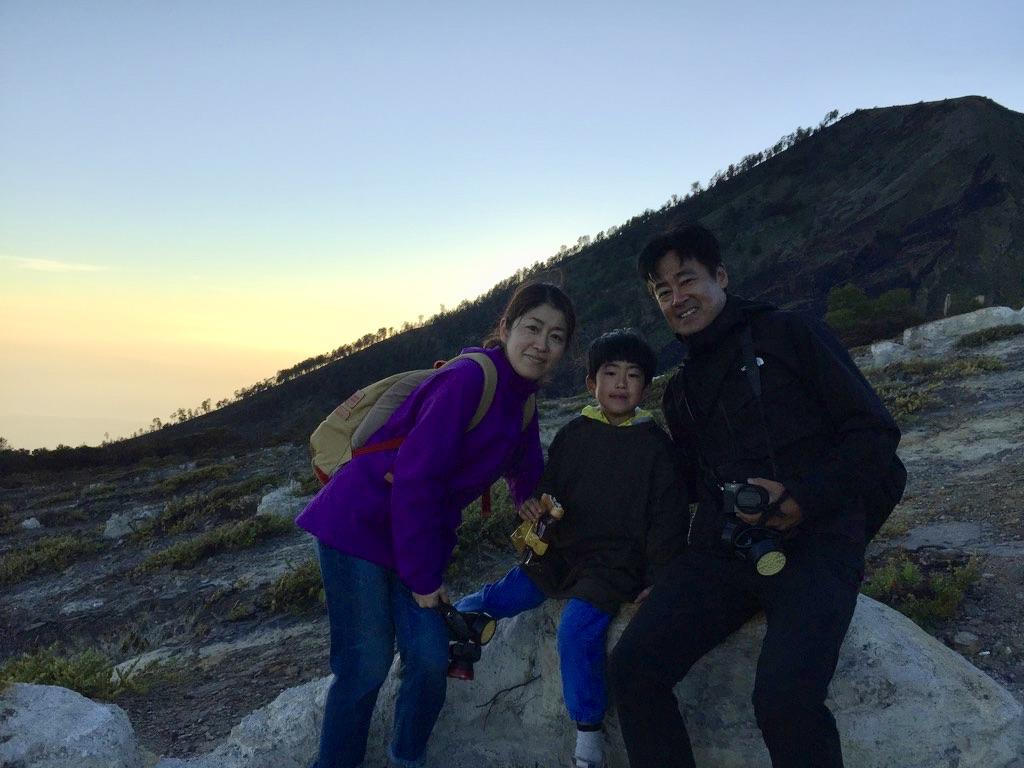 インドネシアのイジェン山で夜明けを迎える原田さんファミリー