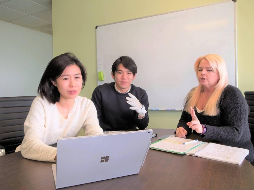 多国籍な社員が働いている会社風景