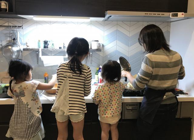 三姉妹で夕食準備のお手伝い