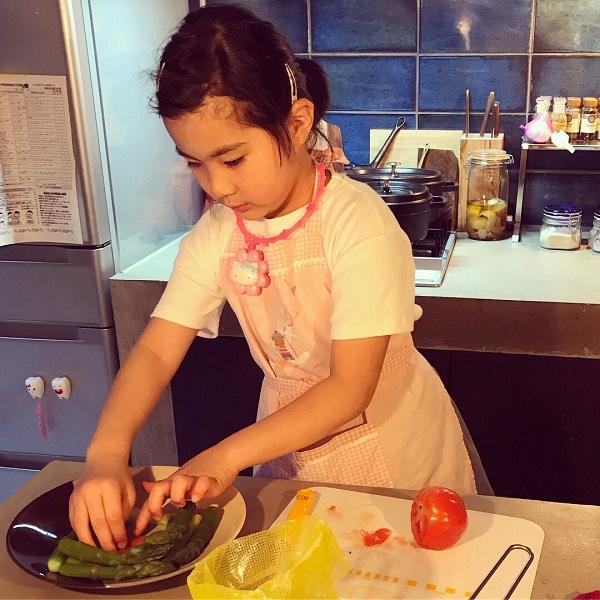サラダを作っている娘さん